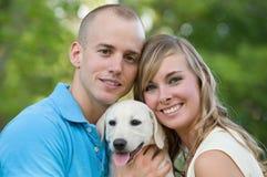 Paare mit ihrem Welpen Lizenzfreies Stockfoto