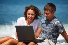 Paare mit Interesse, an, Laptop zu betrachten Stockfotografie
