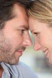 Paare mit Köpfen zusammen Lizenzfreie Stockbilder