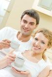 Paare mit Kaffee Lizenzfreies Stockbild