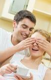 Paare mit Kaffee zu Hause Lizenzfreie Stockfotos