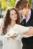 Paare mit Karte Lizenzfreies Stockfoto
