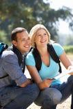 Paare mit Karte auf Landweg Stockfotos