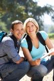 Paare mit Karte auf Landweg Lizenzfreie Stockbilder
