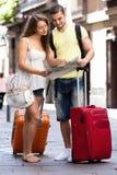 Paare mit Karte auf Stadtstraßen Lizenzfreies Stockfoto