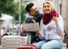Paare mit Koffern, Kamera und Karte draußen Lizenzfreie Stockfotografie