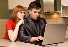 Paare mit Laptop lizenzfreies stockbild