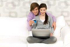 Paare mit Laptop Lizenzfreies Stockfoto