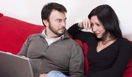 Paare mit Laptop Stockfotografie