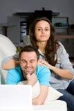 Paare mit Laptop Stockfotos
