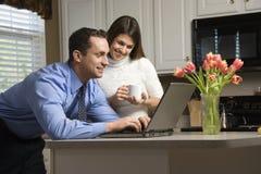 Paare mit Laptop. Lizenzfreie Stockbilder