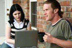 Paare mit Laptop Stockfoto