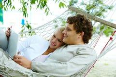 Paare mit Laptop Lizenzfreie Stockbilder