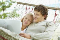 Paare mit Laptop Stockbilder