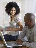 Paare mit Laptop mit Rechnungen Lizenzfreies Stockbild