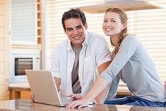 Paare mit Notizbuch in der Küche Lizenzfreie Stockbilder