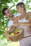 Paare mit Obstkorb Lizenzfreie Stockfotos