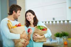 Paare mit Paketen Lizenzfreie Stockfotografie