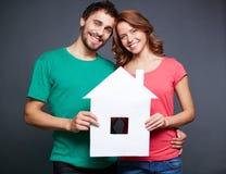 Paare mit Papierhaus Stockfoto