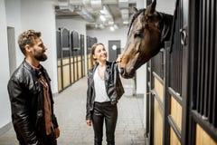 Paare mit Pferd im Stall stockbild