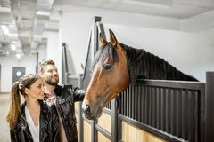 Paare mit Pferd im Stall stockfotos