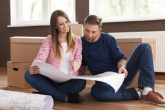 Paare mit Planhaus Lizenzfreie Stockfotos