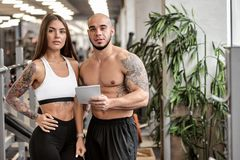 Paare mit Programm des Trainings lizenzfreie stockfotos