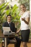 Paare mit Projektor lizenzfreies stockfoto