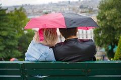 Paare mit Regenschirm lizenzfreies stockfoto