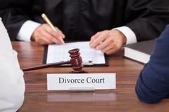 Paare mit Richter vor Gericht Stockfotos