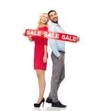 Paare mit rotem Verkauf unterzeichnen Stellung, um sich zurückzuziehen Stockfoto
