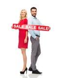 Paare mit rotem Verkauf unterzeichnen Stellung, um sich zurückzuziehen Lizenzfreies Stockfoto