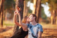 Paare mit Rucksack Picknickzeit Wald des Sommers in der sonnigen lizenzfreie stockfotos