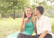 Paare mit Süßigkeit lizenzfreies stockfoto