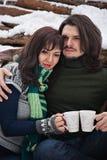 Paare mit Schalen auf dem Schnee Stockfotografie