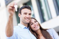 Paare mit Schlüsseln des neuen Hauses Lizenzfreie Stockfotografie