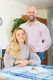 Paare mit Schlüsseln und Dokumenten lizenzfreies stockfoto