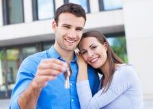Paare mit Schlüsseln zum neuen Haus Stockbilder