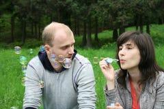 Paare mit Seifenluftblasen lizenzfreies stockfoto