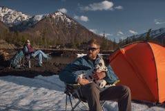 Paare mit seinem dalmatinischen Hund an draußen kampieren Gebirgsgelände lizenzfreie stockbilder