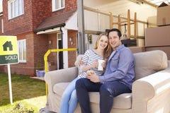 Paare mit Sofa On Tail Lift Of-Abbau-LKW-beweglichem Haus Stockbilder