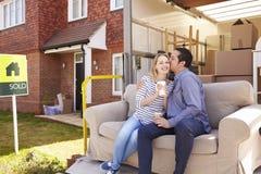 Paare mit Sofa On Tail Lift Of-Abbau-LKW-beweglichem Haus Lizenzfreies Stockfoto
