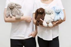 Paare mit Spielzeugkaninchen Lizenzfreie Stockfotos