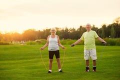 Paare mit Springseilen Stockbilder