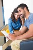 Paare mit Tablette Lizenzfreies Stockfoto
