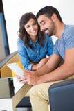 Paare mit Tablette Lizenzfreie Stockbilder