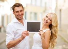 Paare mit Tabletten-PC in der Stadt Lizenzfreie Stockfotografie