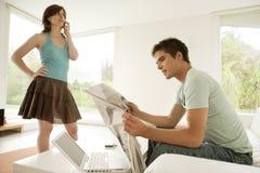 Paare mit Technologie zu Hause Lizenzfreie Stockfotos