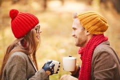 Paare mit Tee Stockfoto