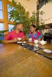 Paare mit Teekanne Stockbild